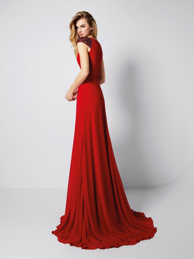 Elegante vestito rosso forma ad A, donna con capelli biondi e una piega mossa
