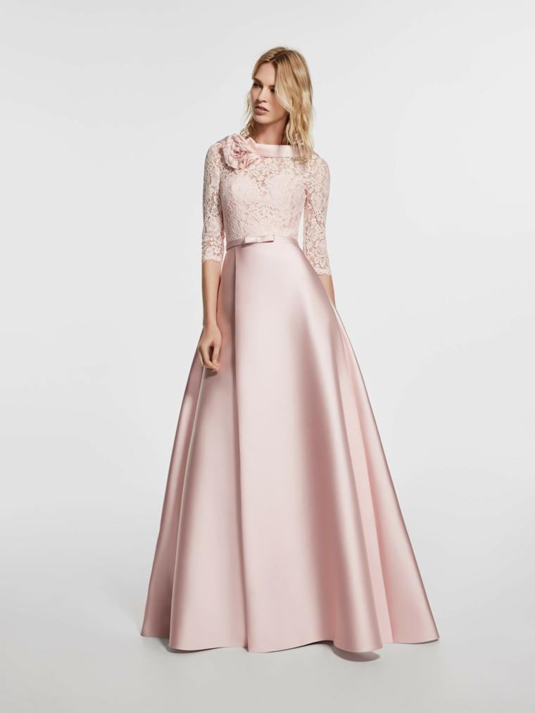 Abito lungo ed elegante di colore rosa in raso, manica lunga in pizzo con fiocco