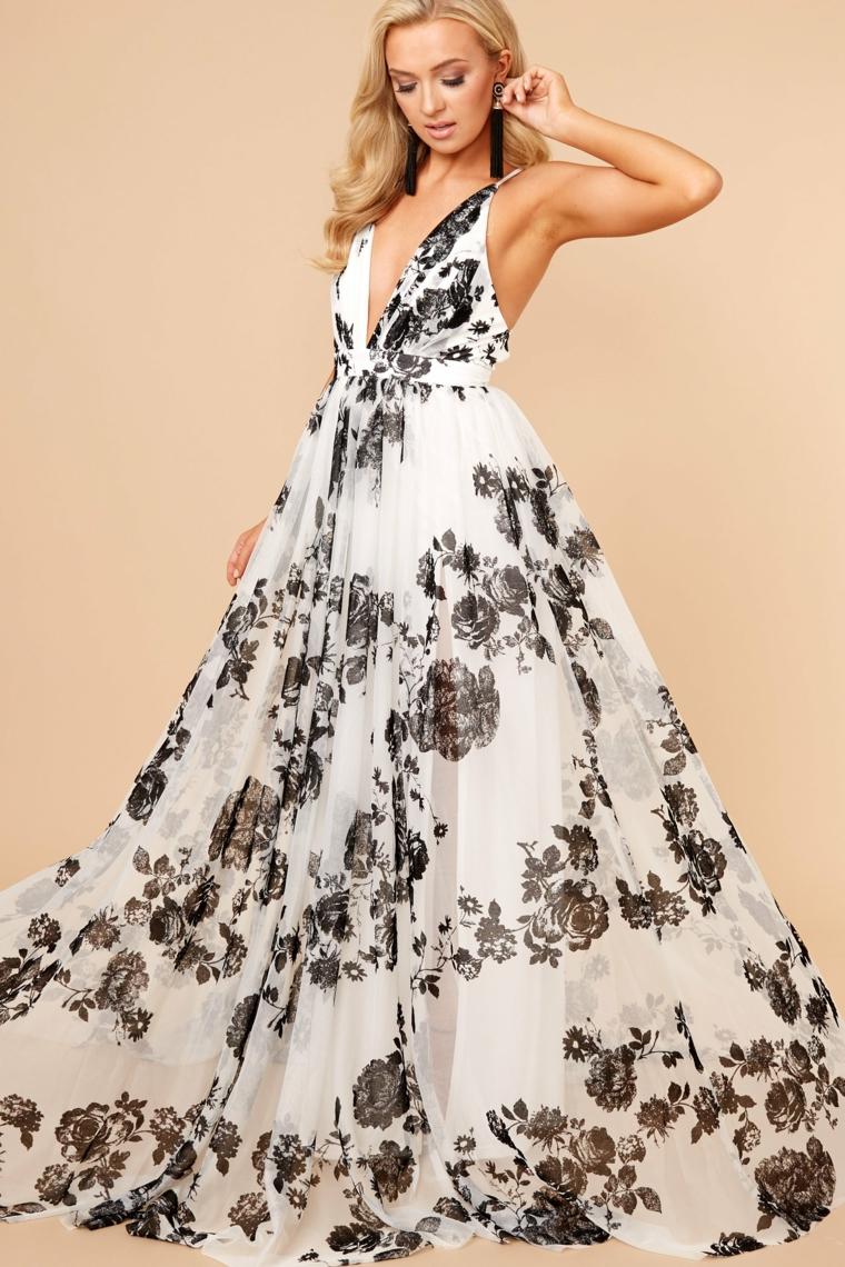 Vestiti firmati e un abito di bianco con stampa floreale di colore nero
