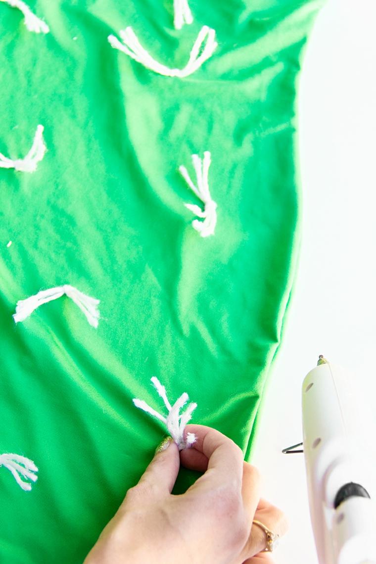 Vestiti Halloween fai da te, decorazioni di lana bianca incollati su un vestito di colore verde