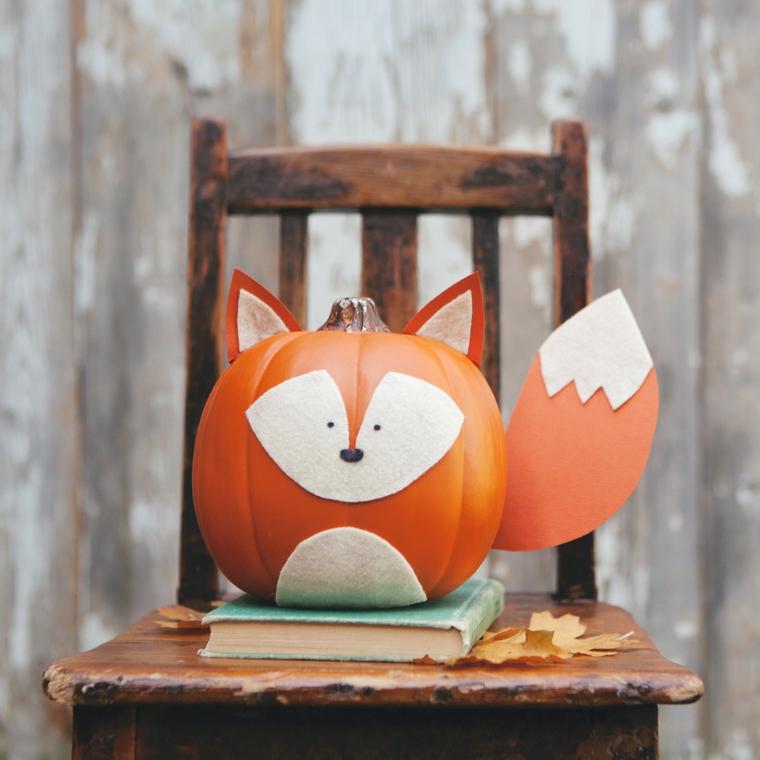 Decorazione autunnale con una zucca artificiale con faccia di una volpe