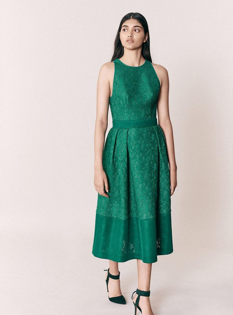 Vestiti firmati e una proposta di abbigliamento elegante con un abito di colore verde lungo