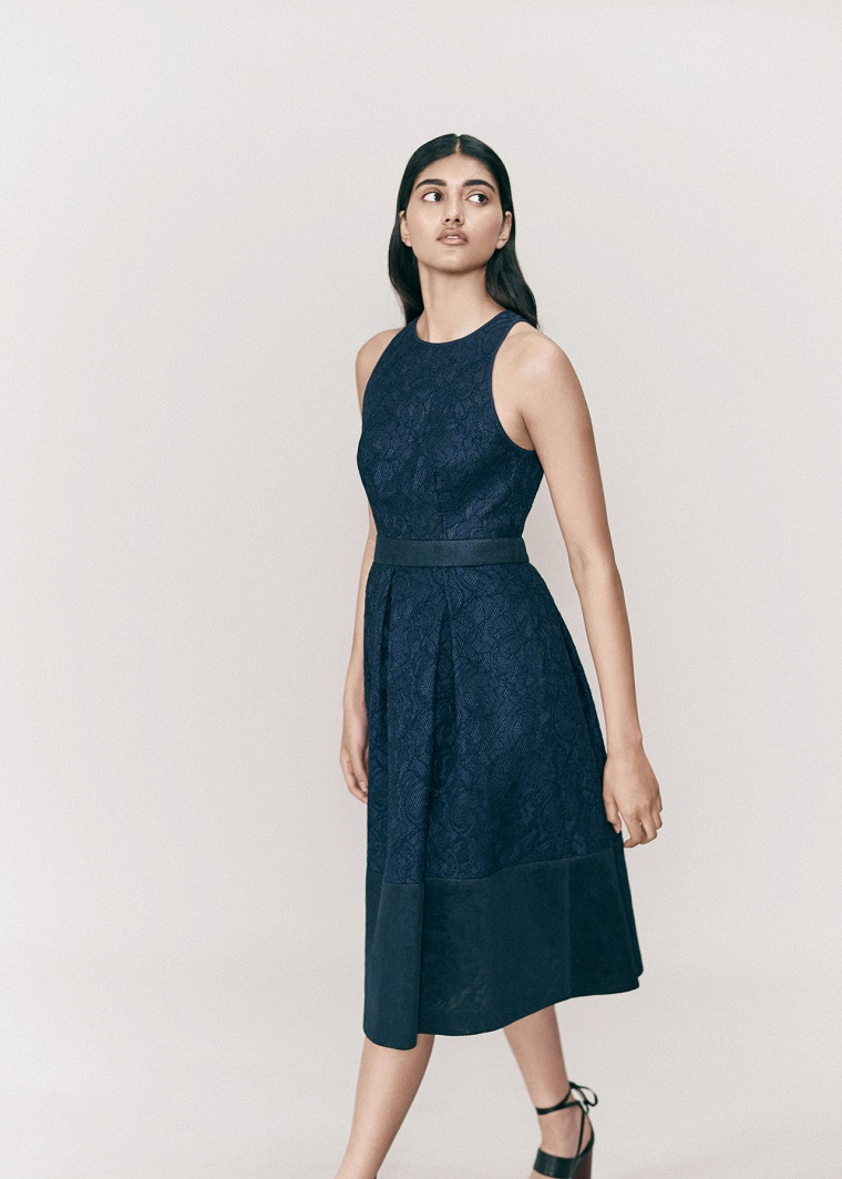Vestiti lunghi eleganti e un outfit con abito di colore blu con dettaglio sul punto vita