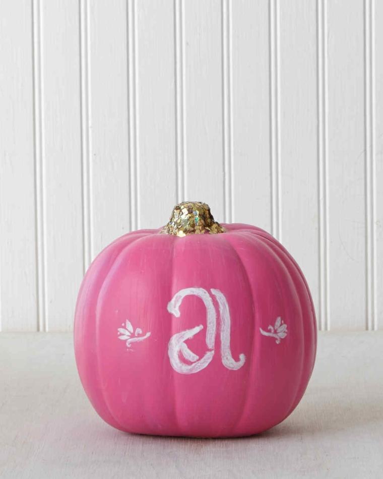 Zucca artificiale di colore rosa con la lettera A di colore bianco