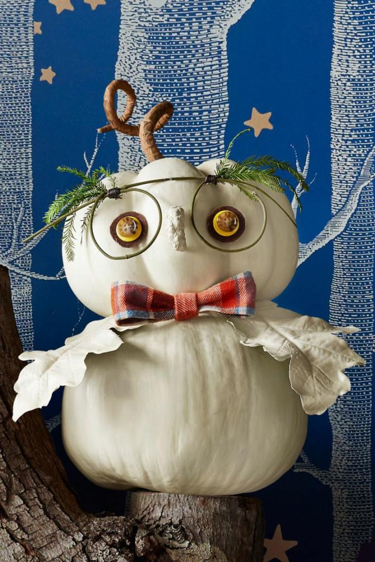 Zucche di Hallowen posizione e decorate per assomigliare ad un gufo