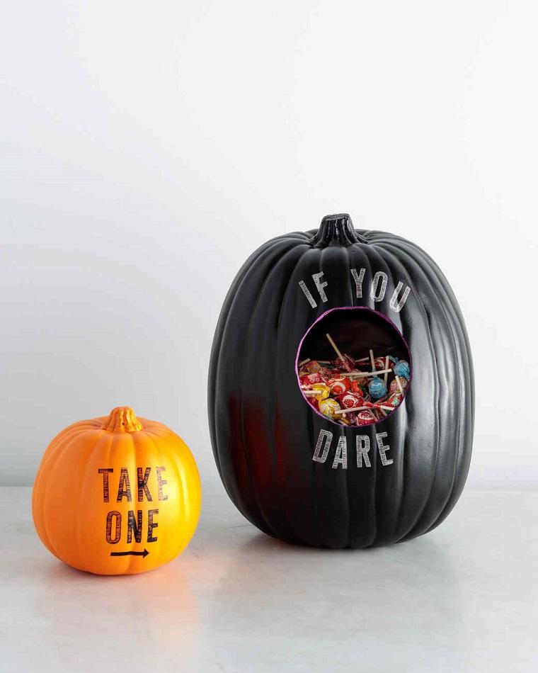 Foto zucche halloween, idea decorazione con una finta di colore nero con caramelle all'interno