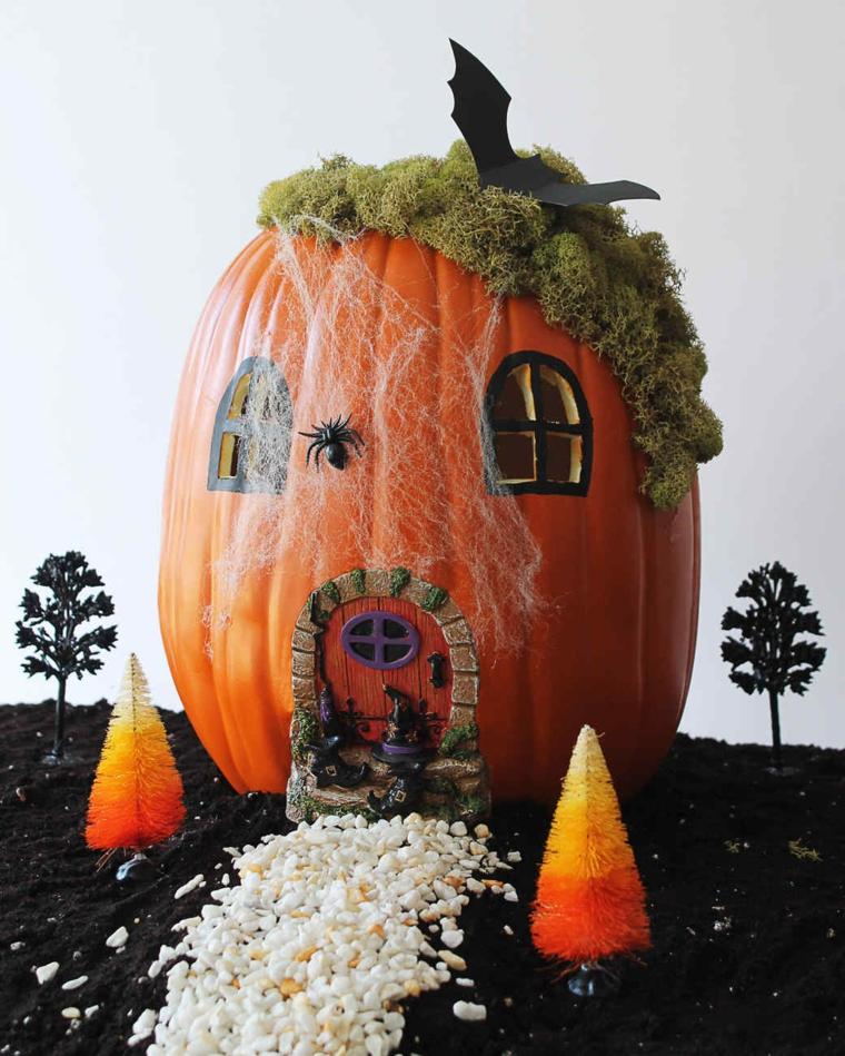 Foto zucche di Hallowen e una decorata come casa con ragnatele, pipistrello e ragni