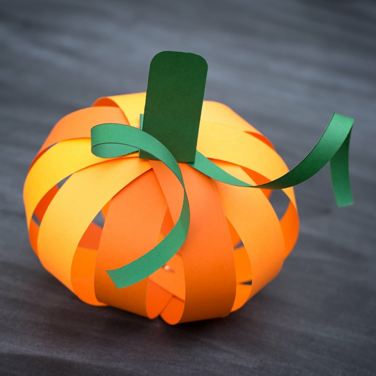 Disegno zucca halloween, decorazione fai da te di carta arancione e verde