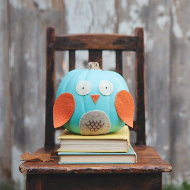 Zucca di Halloween dipinta di azzurro e decorata per assomigliare ad un gufo