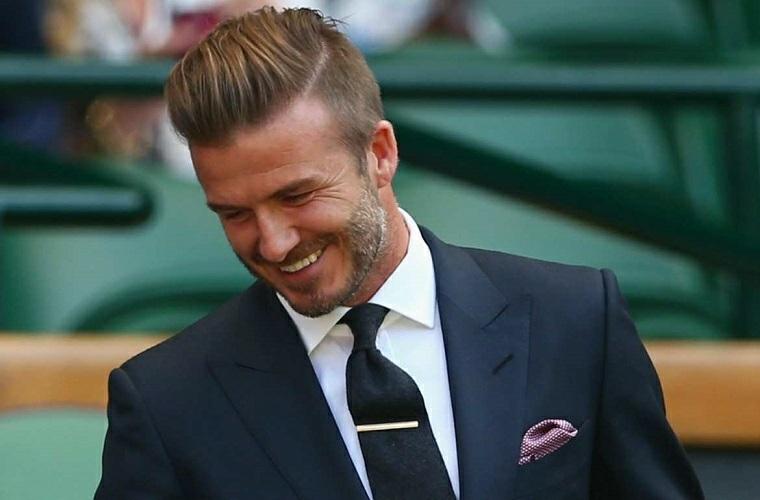 Il calciatore David Beckham e la sua acconciatura capelli con riga laterale e pompadour