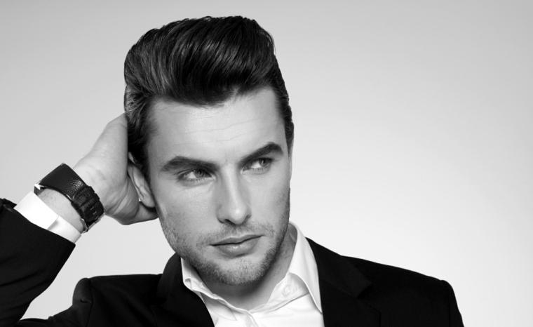 Acconciatura uomo elegante con capelli rasati e pompadour di colore nero
