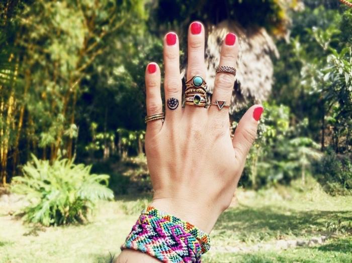 Tatuaggi piccoli sulle mani e un'idea con un tattoo sul dito anulare di una donna