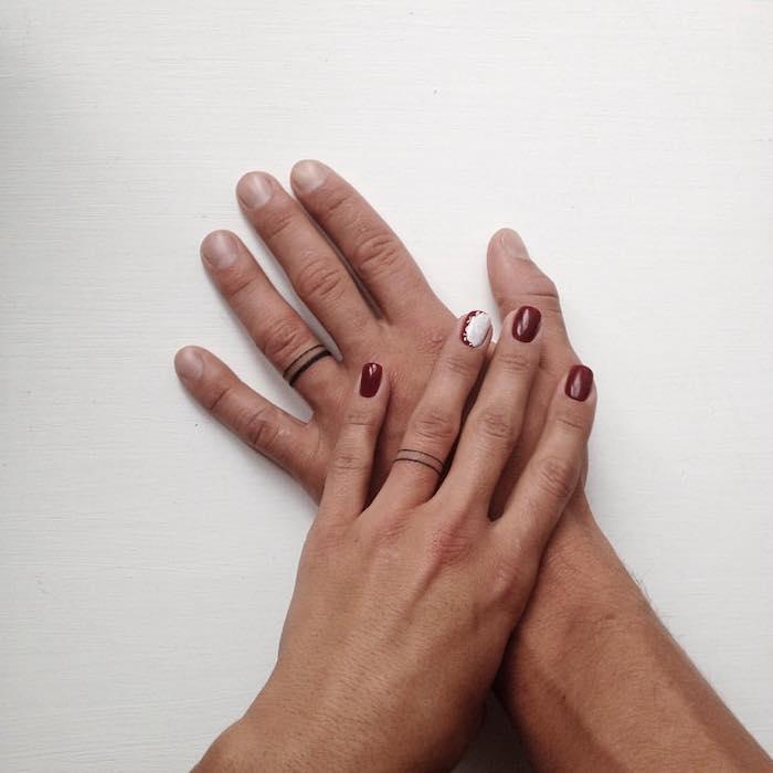 Tatuaggi piccoli mani, uomo e donna con le fedi tatuati sul dito anulare