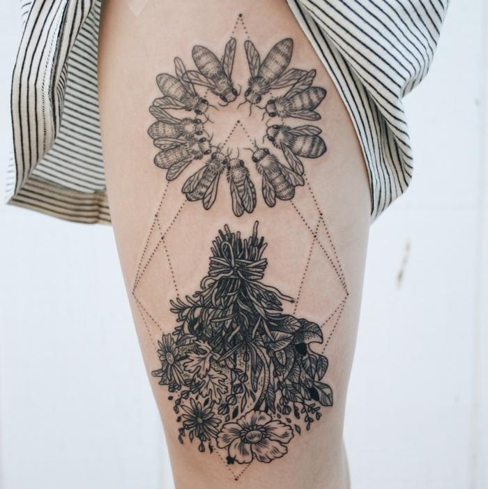 Un grande tatuaggio con forme geometriche punteggiate e tante api