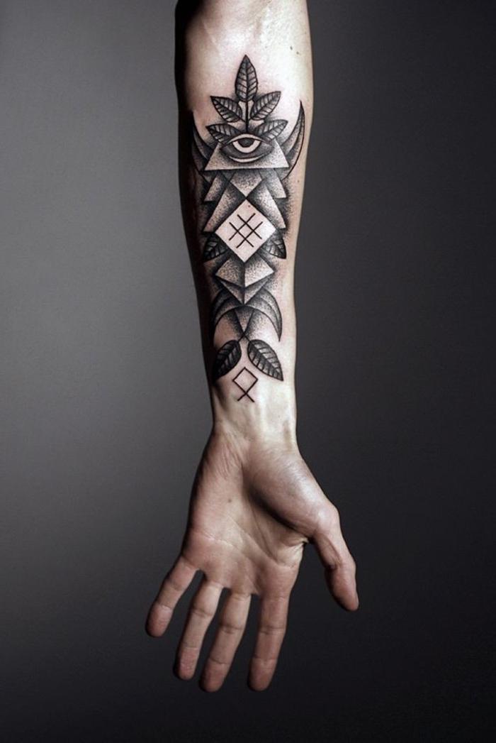 Il tatuaggio grande con forme geometriche e colorato con sfumature di inchiostro per tattoo