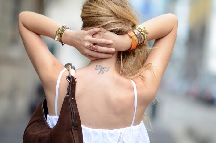 Tatuaggi simboli, un'idea per tattoo sulla schiena di una donna con il disegno di un fiocco
