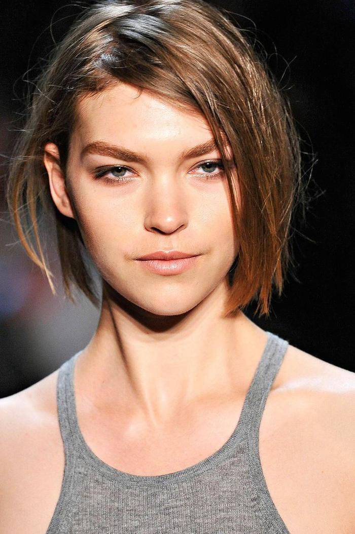 Tagli capelli corti a carré di colore castano con riflessi e riga laterale