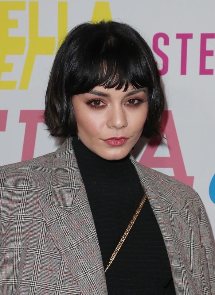 Taglio corto donna e un'idea con frangia mossa e acconciatura semplice con capelli di colore nero