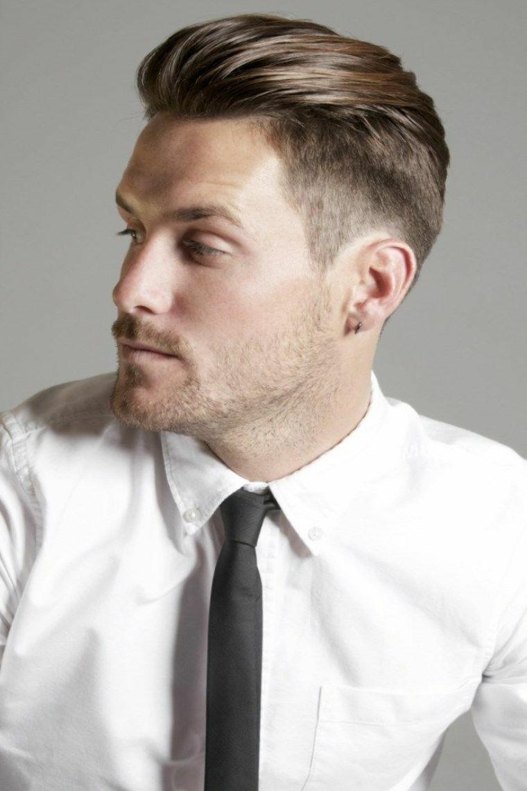 Capelli rasati uomo e un'acconciatura pompadour, abbigliamento elegante con una camicia bianca e cravatta nera