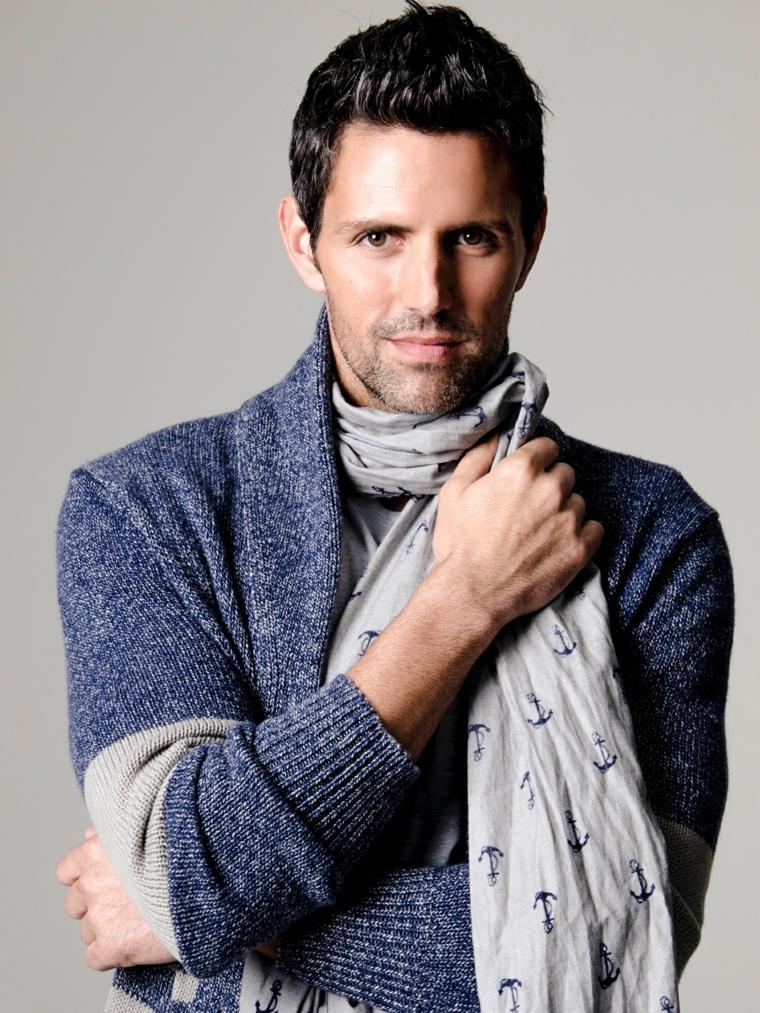 Taglio capelli uomo rasati ai lati e cresta più lunga, abbigliamento casual con sciarpa