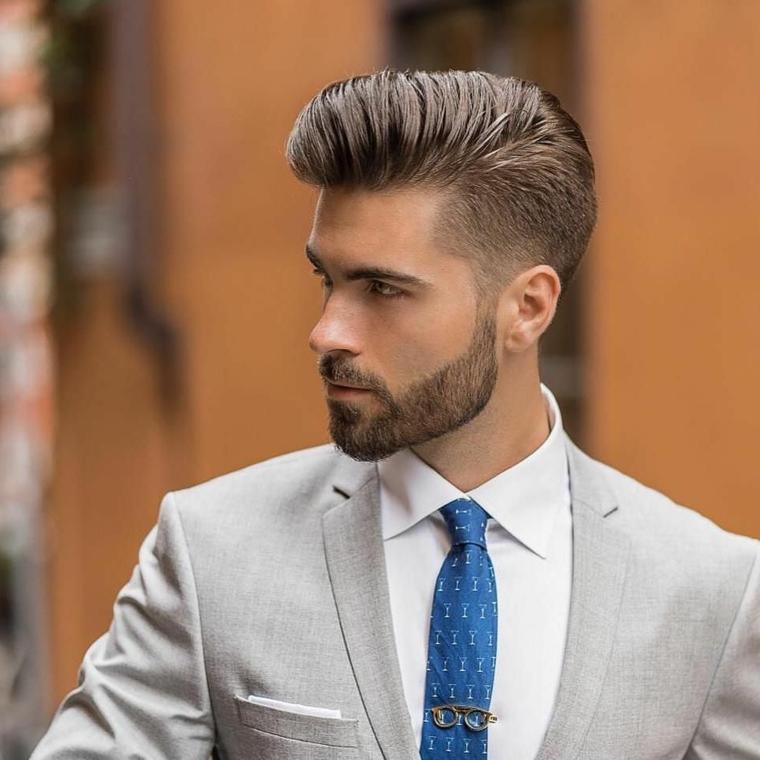 Sfumature capelli uomo e un'idea con acconciatura pompadour con più corto ai lati