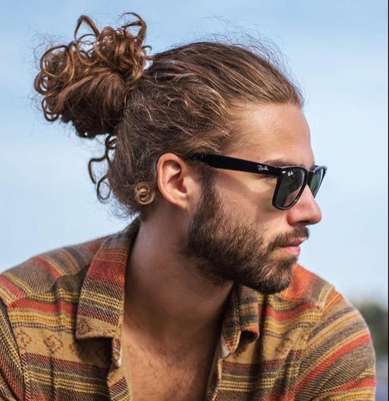 Sfumature capelli uomo di colore biondo molto lunghi e legati