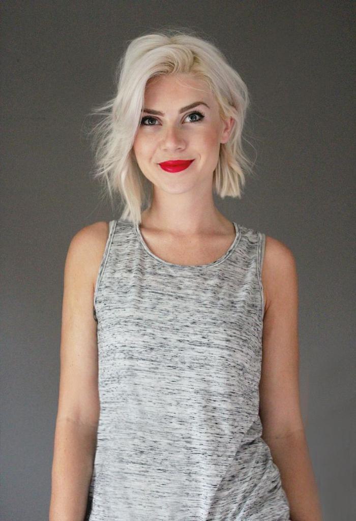 Idea tagli capelli medi di colore biondo platino, acconciatura effetto mosso per lunghezze carré