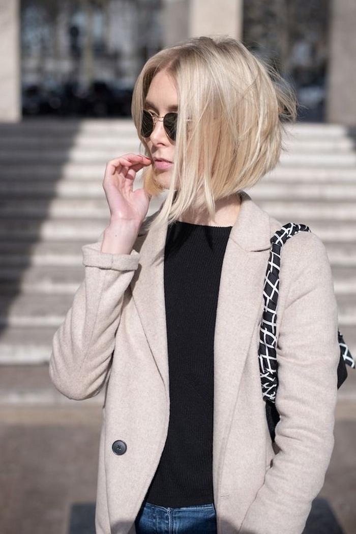 Nuovi tagli di capelli di colore biondo con lunghezze asimmetriche e riga centrale