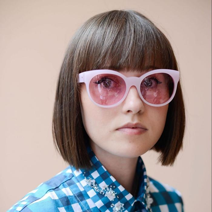Tagli capelli medi e acconciatura a caschetto con frangia pari, ragazza con occhiali da sole rosa