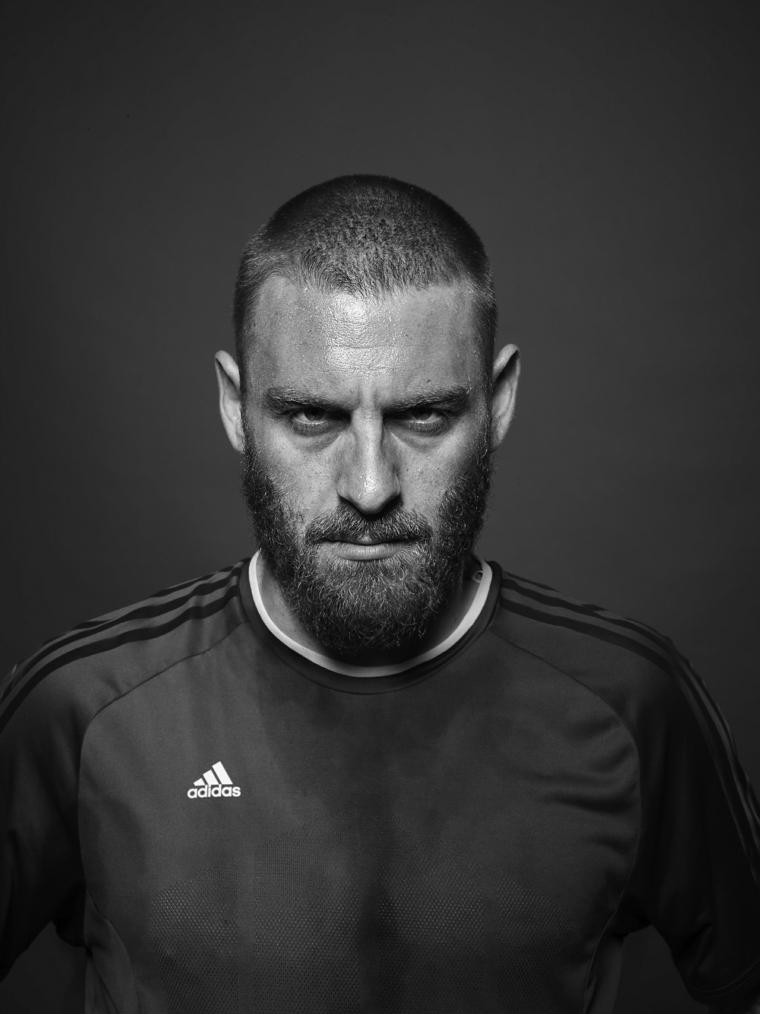 Il calciatore Daniele De Rossi con un acconciatura capelli rasati e barba