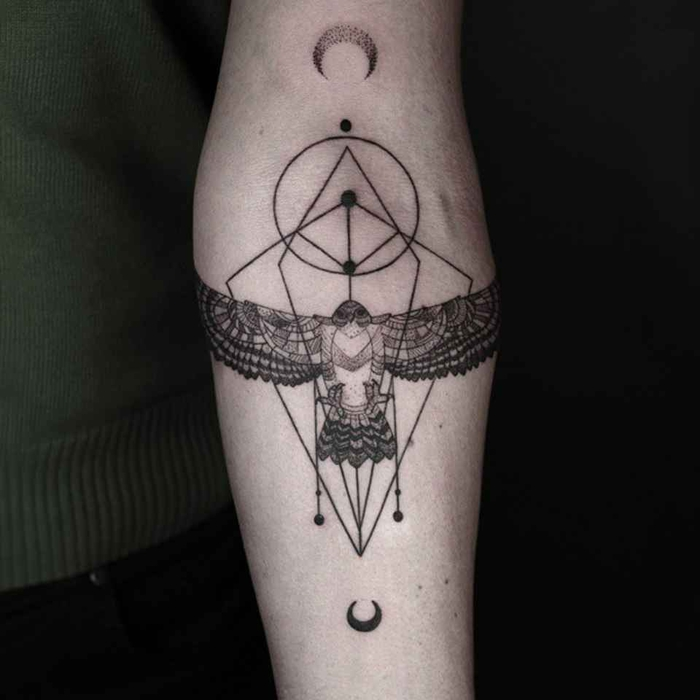 Tatuaggi maschili e un'idea con forme geometriche sul braccio di un uomo
