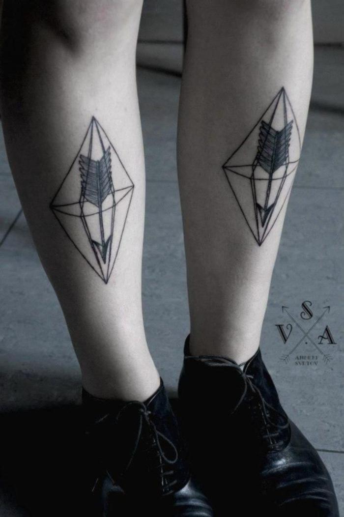 Tatuaggi geometrici e un'idea con disegno particolare sulle gambe di una ragazza