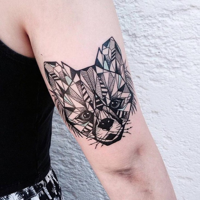 Idee tatuaggi uomo e un disegno con volpe dalle forme geometriche sul bicipite
