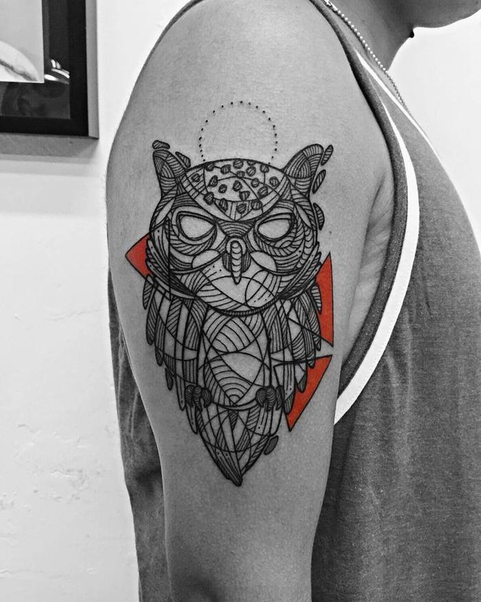 Disegno per tatuaggio geometrico sul braccio di un uomo con raffigurato un gufo