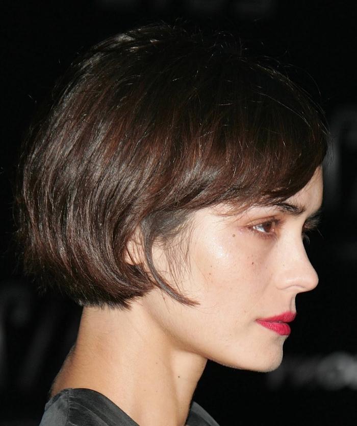 Taglio di capelli carré corto con frangia asimmetrica per una ragazza dalla carnagione chiara