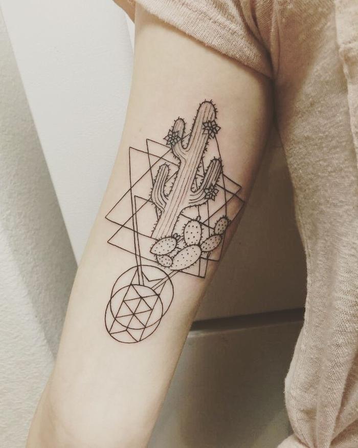 Simboli geometrici e un'idea per tattoo con un cactus e diverse forme