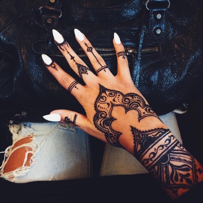 Tattoo sulle mani e un'idea con un grande tatuaggio Henna sulla mano di una donna