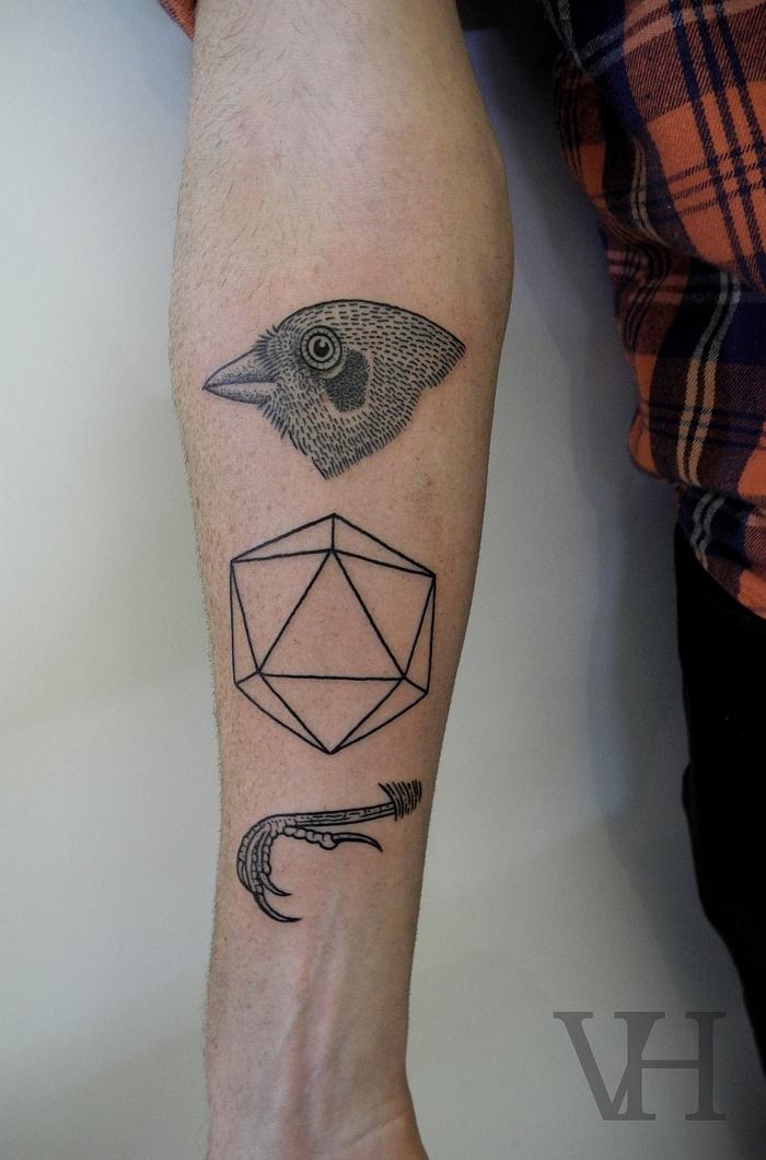 Tatuaggi maschili e un'idea per tattoo sul braccio con diverse forme raffigurate