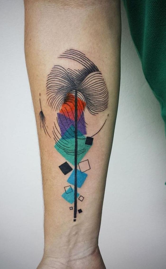 Geometric tattoo e un disegno colorato sull'avambraccio di un uomo