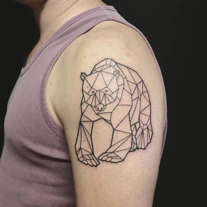 Idea per dei tatuaggi geometrici sulla spalla di un uomo con raffigurato un orso