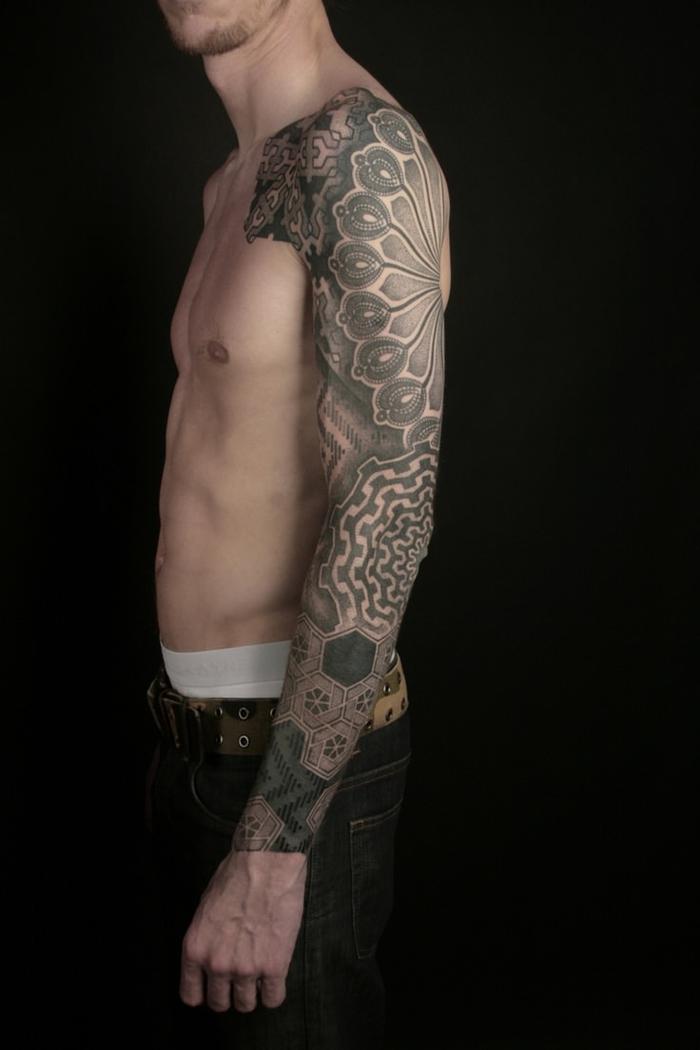 Tatuaggi maschili e un tattoo manica con diverse forme geometriche