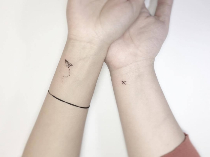 Idea per dei tatuaggi piccoli significativi e una proposta con aereo sul polso della mano