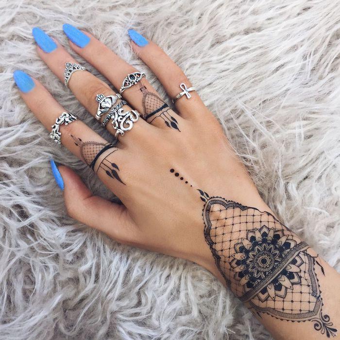 Tatuaggi sulle mani e un'idea con un tattoo mandala sul polso della mano e le dita