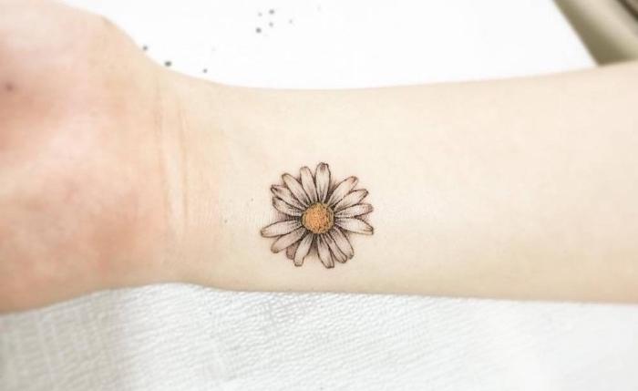 Tatuaggi discreti e un'idea con il disegno di una margherita tridimensionale