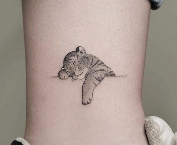 Tatuaggi piccoli significativi e un'idea con il disegno di una tigre che dorme