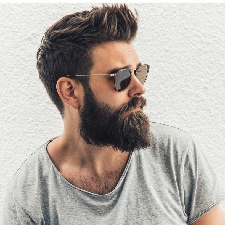 Taglio capelli uomo rasati ai lati con cresta davanti e barba lunga