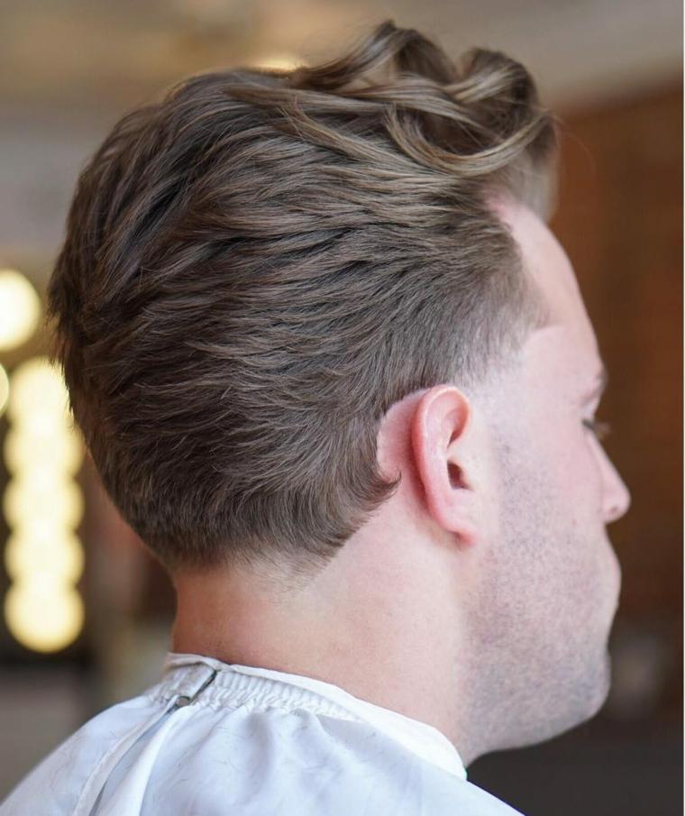 Idea per dei capelli rasati sui lati di un ragazzo con ciocche più lunghe e mosse davanti