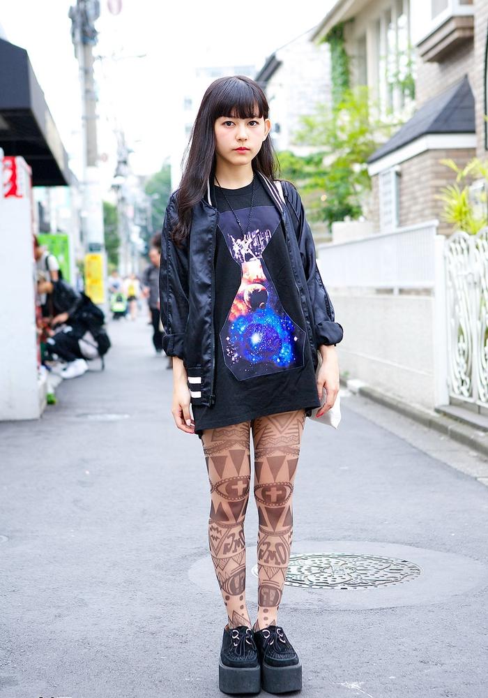 Una ragazza che indossa dei collant trasparenti con decorazioni di forme geometriche