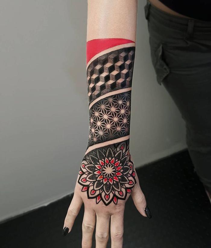 Tattoo a manica e il disegno di tante forme geometriche con un effetto tridimensionale