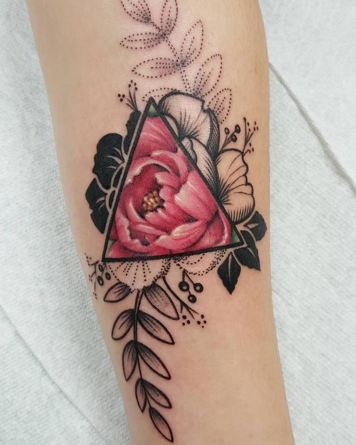 Idee tatuaggi uomo e un disegno colorato di un fiore dentro un triangolo